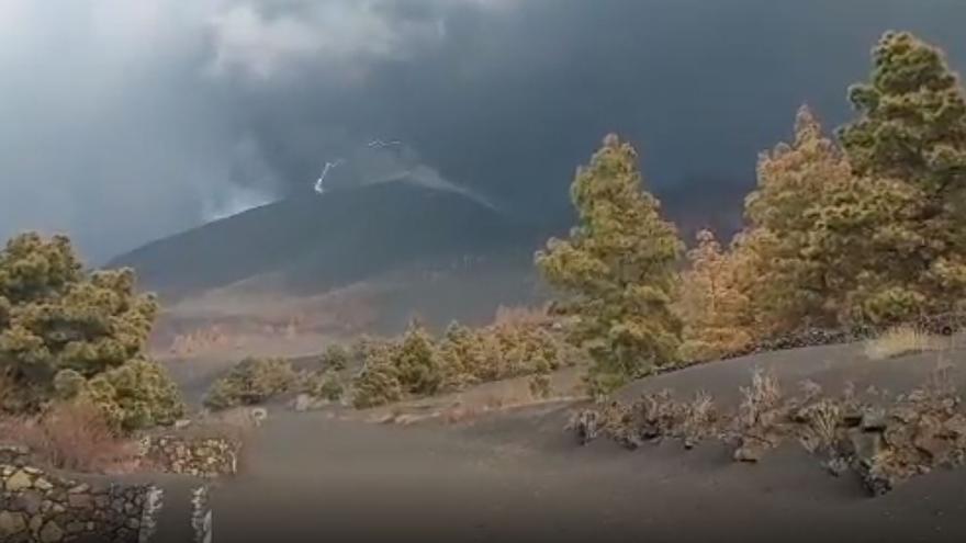Un rayo sobre el volcán de La Palma