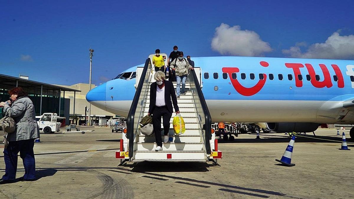 Llegada a Palma de un avión de TUI con turistas durante el plan piloto del verano de 2020. | CAIB