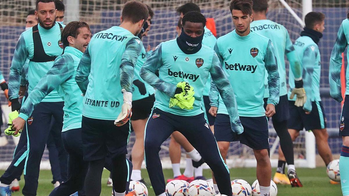 Los jugadores del Levante UD durante el entrenamiento en Buñol. | LEVANTE-EMV