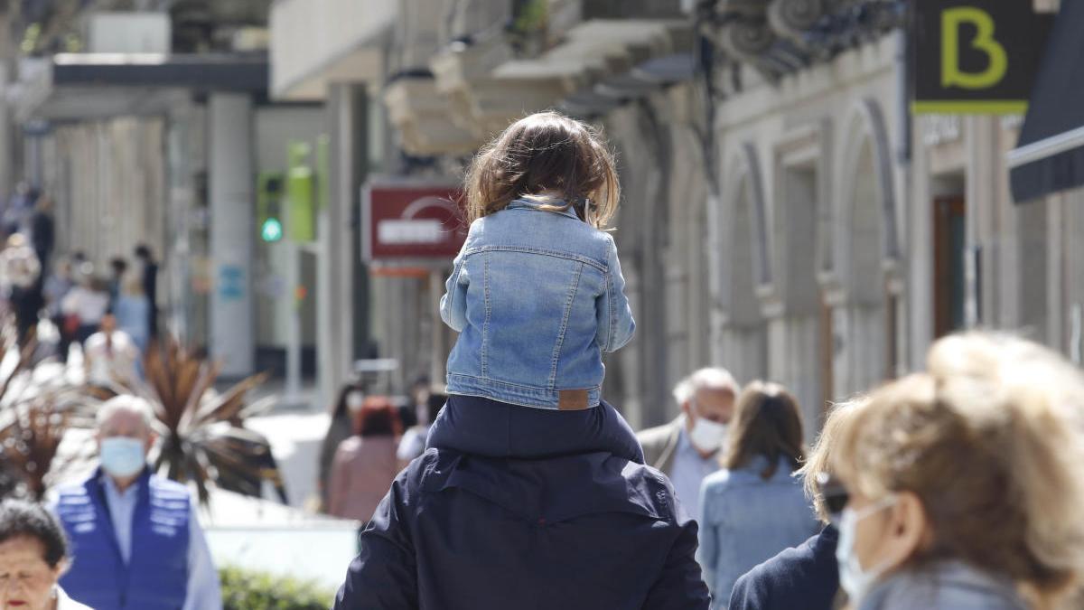 Gente paseando por el centro de Vigo. / Alba Villar