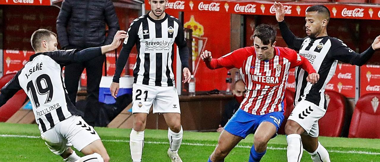 Pedro Díaz, en una jugada vigilada por tres jugadores del Castellón. | J. Plaza