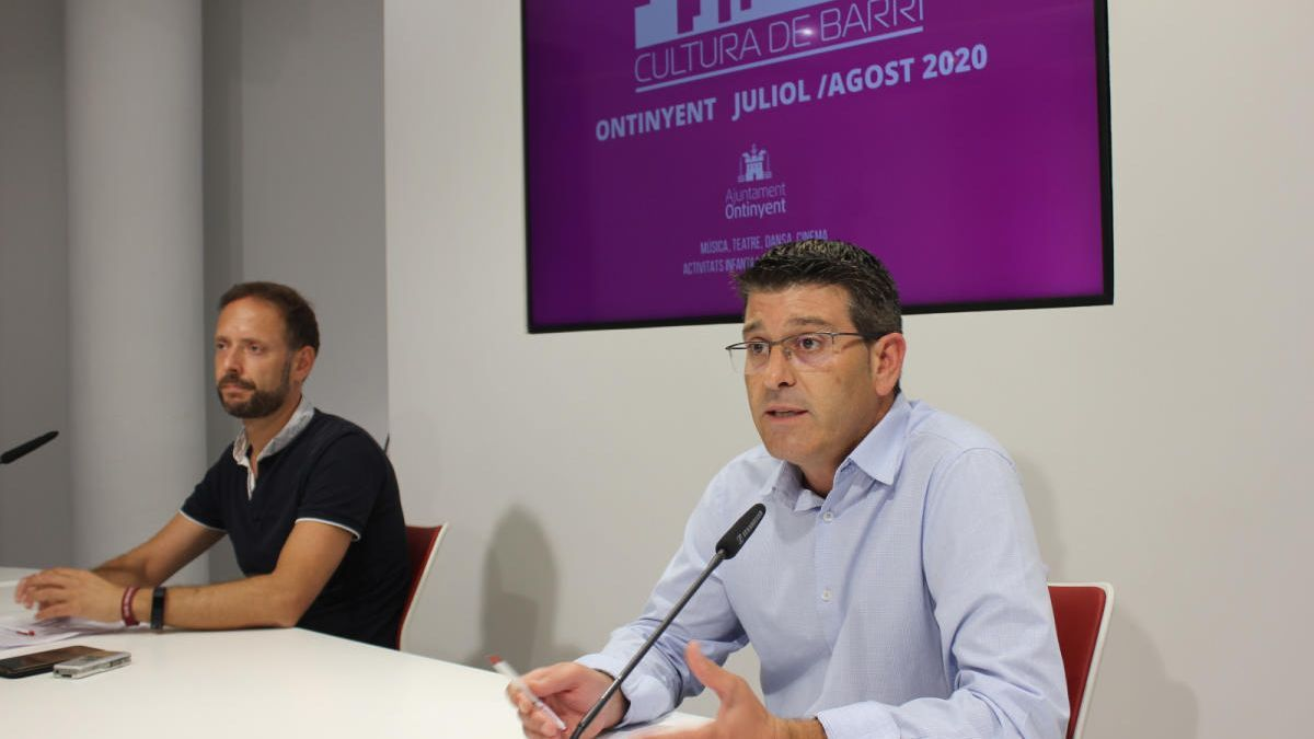 El alcalde, Jorge Rodríguez, y el concejal de Cultura, Àlex Borrell, en la presentación de la programación cultural