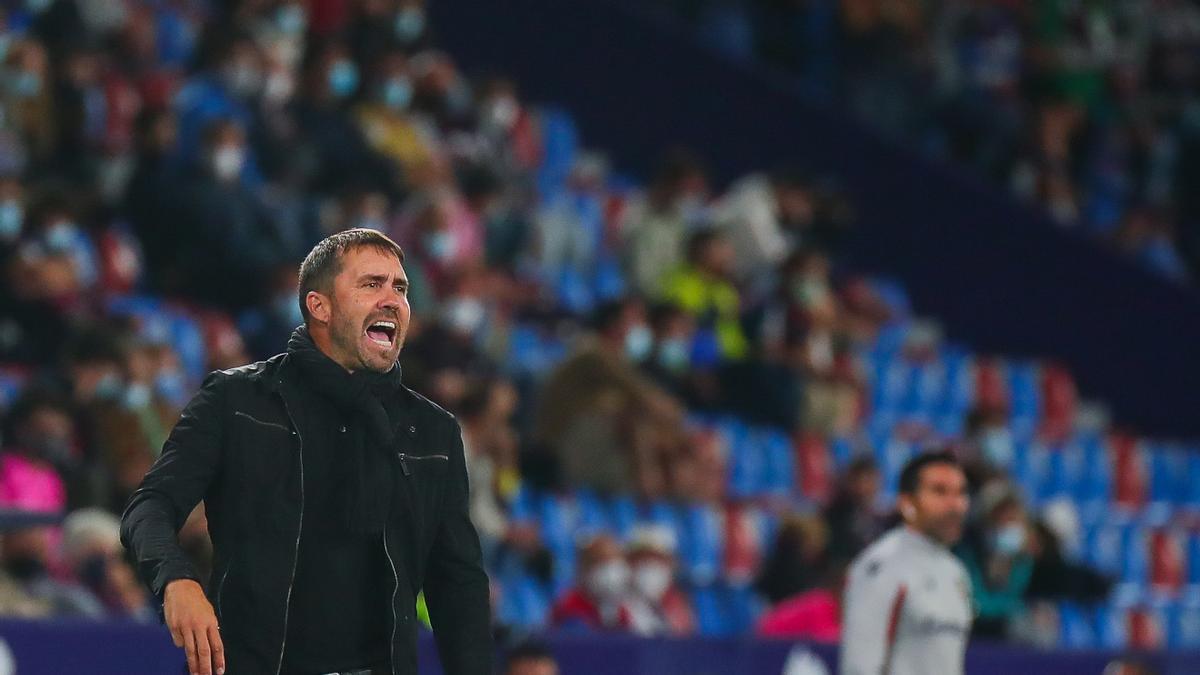 Eduardo Coudet da instrucciones a sus jugadores en el último partido contra el Levante
