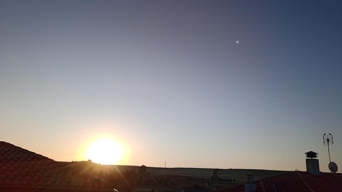 El sol sale en el alfoz de Zamora.