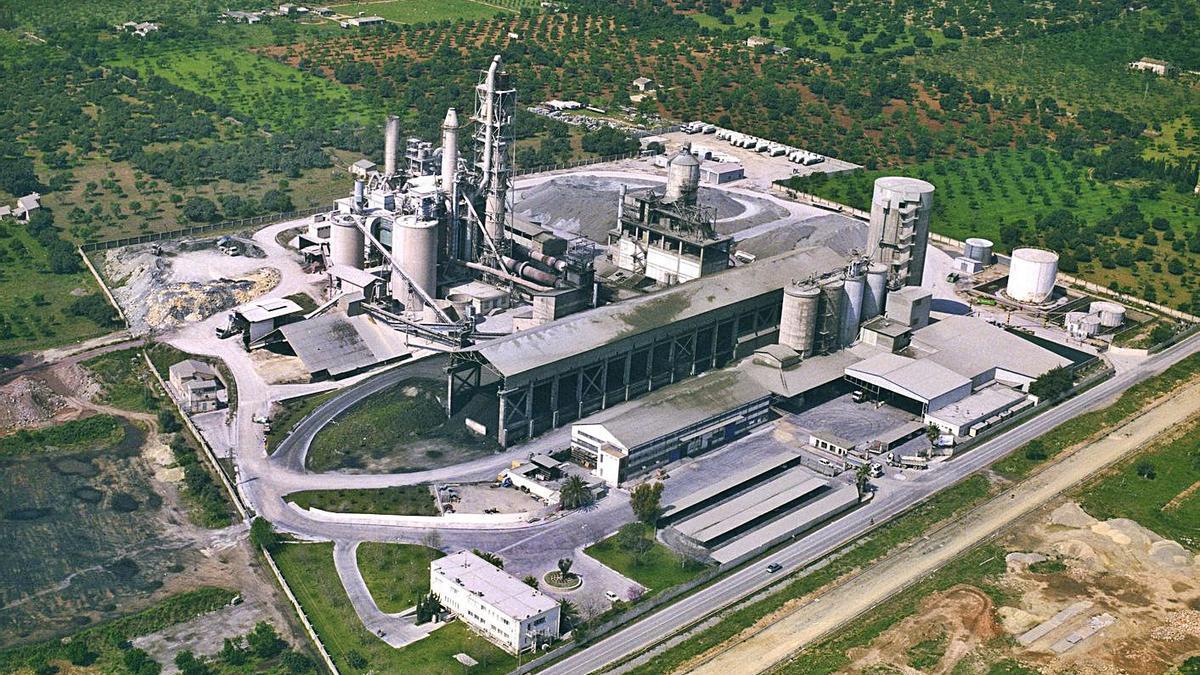 Imagen aérea de archivo de la fábrica de cemento de Cemex en Lloseta.