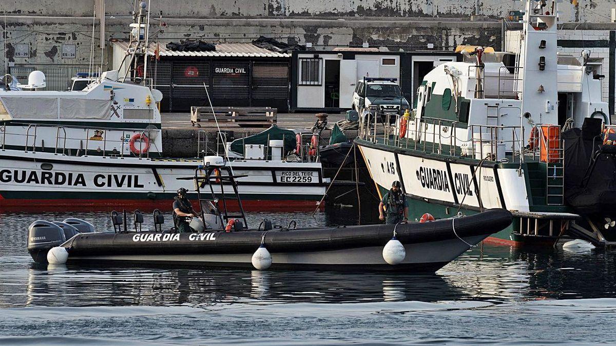 Especialistas de la Guardia Civil operan en el puerto santacrucero durante una jornada de búsqueda.