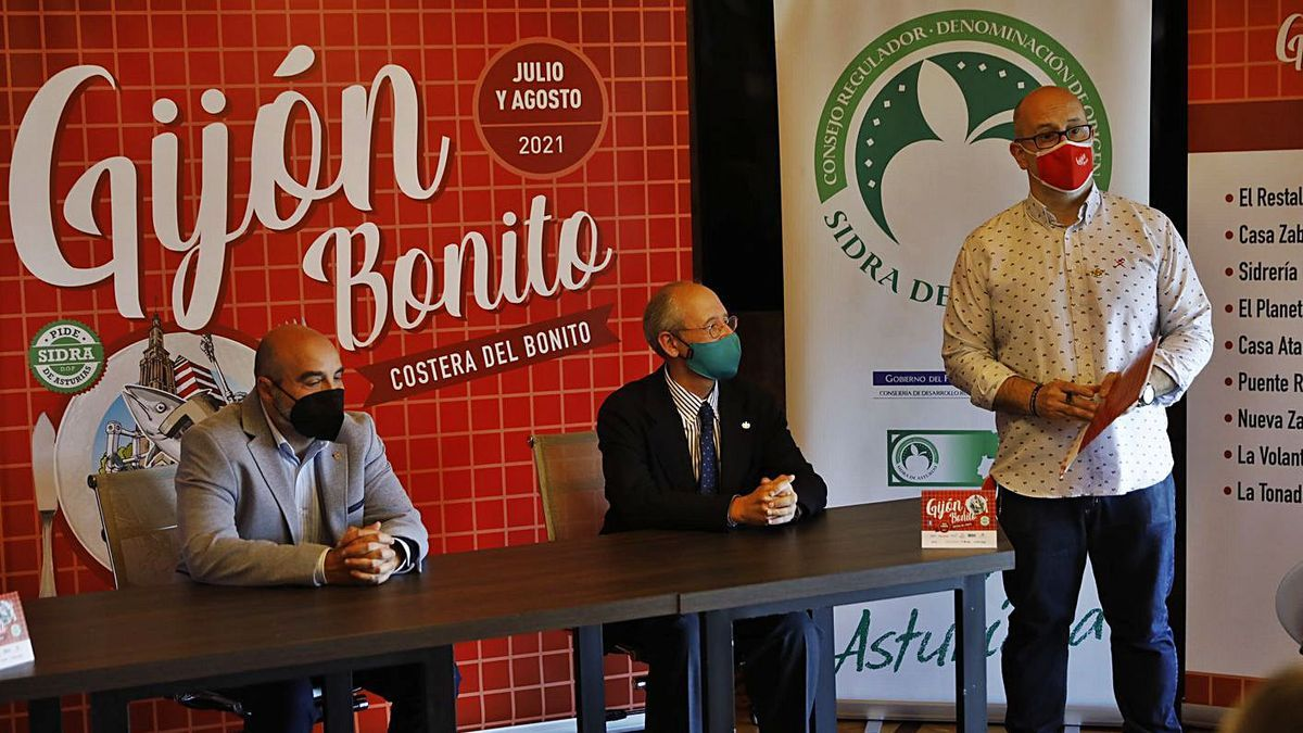 De izquierda a derecha, el edil Santos Tejón, Luis Rodríguez e Iñaki Busto.