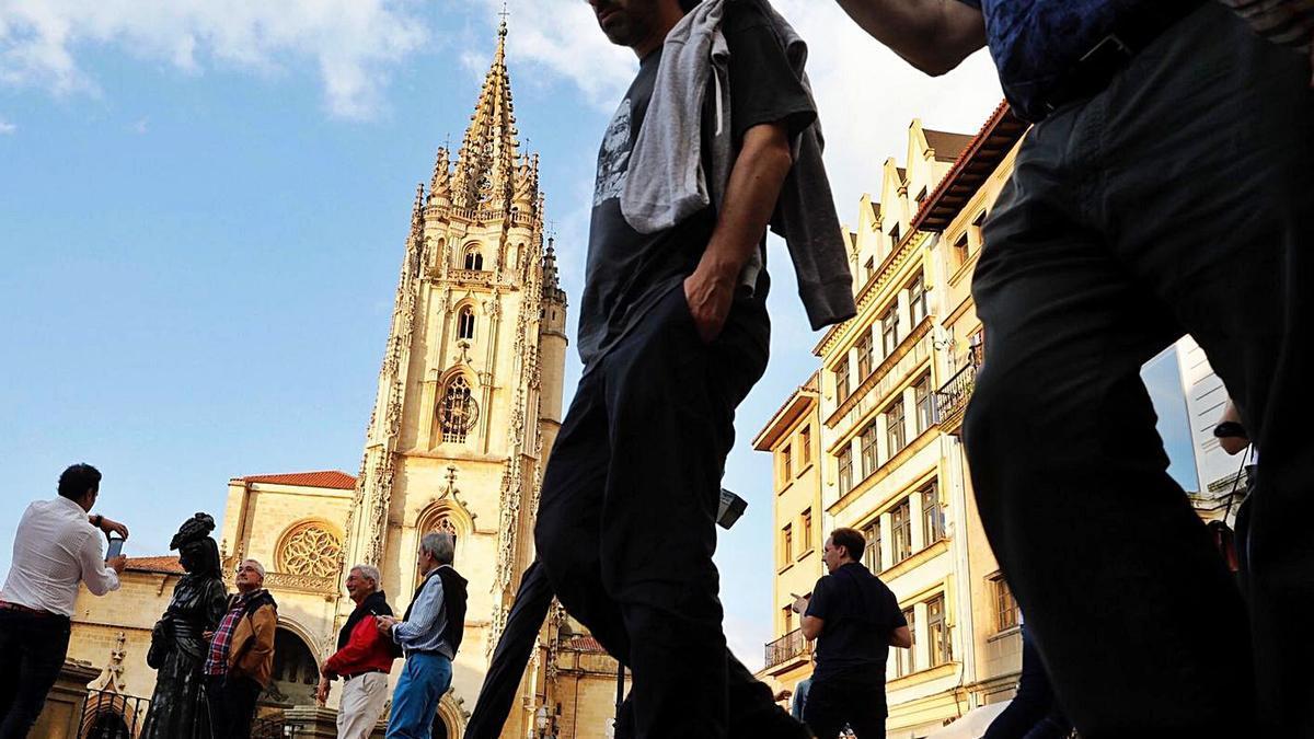 Turistas en la plaza de la Catedral.   LNE
