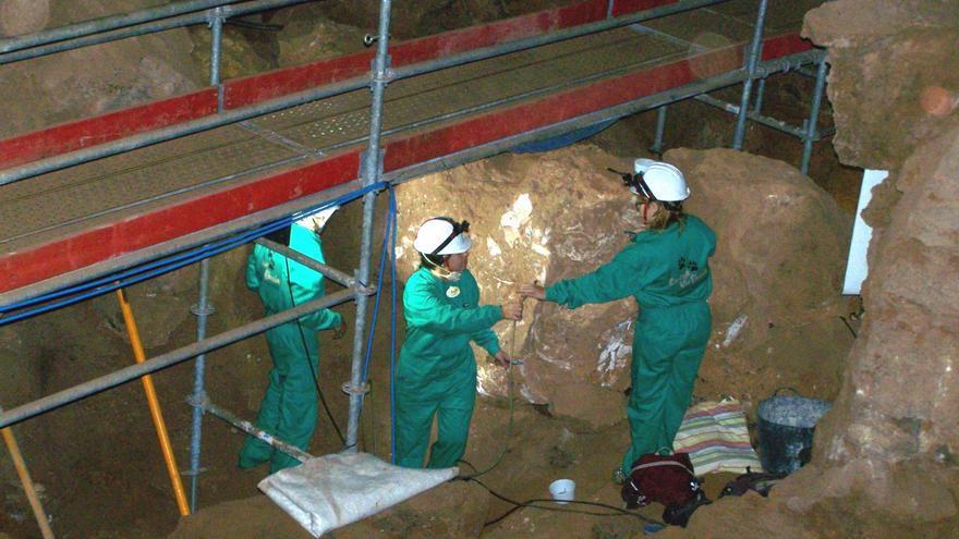 El MUPE de Elche se adentra en la Cueva Victoria de Cartagena