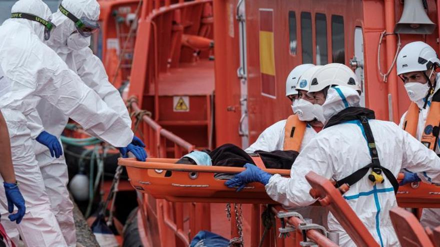 Un inmigrante muerto entre los 89 subsaharianos del cayuco al sur de Tenerife