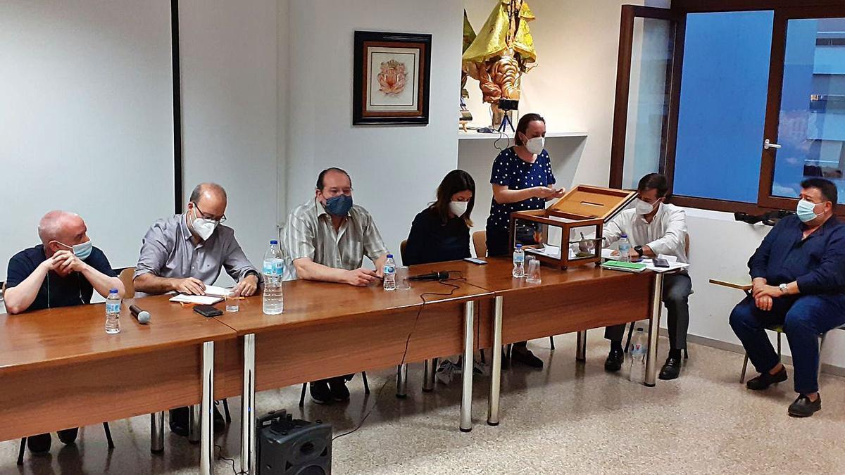 La mesa presidencial durante el recuento de votos en la asamblea del lunes en Alzira. | PASCUAL FANDOS