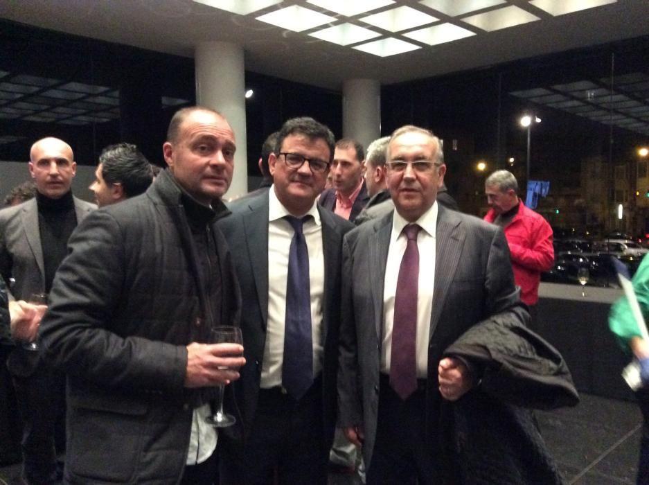 El entrenador del Hércules, Vicente Mir; el jefe de Deportes de Información, Toni Cabot y el exentrenador del Hércules Quique Hernández