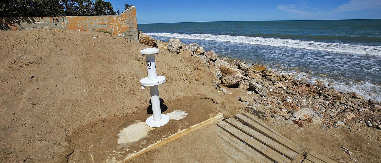 Un lavapiés en la playa de la Goleta de Tavernes de la Valldigna, donde todavía no se han retirado los cascotes y piedras acumuladas.          EDUARDO RIPOLL