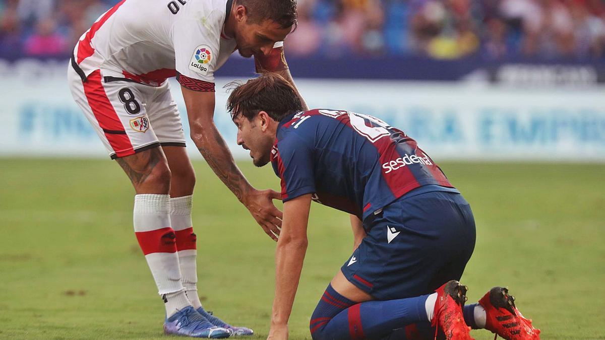 José Campaña, en el momento en que nota que se había lesionado, el pasado fin de semana en el encuentro frente al Rayo. | F.CALABUIG