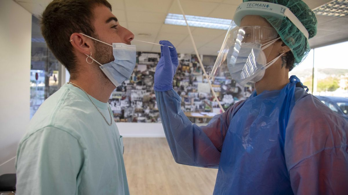 Un ciudadano se somete a una PCR en la unidad covid exprés del antiguo hospital de Son Dureta