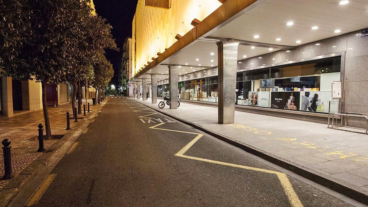 La calle Don Juan de Austria en València completamente vacía, ayer, hacia las 19 horas. | F. BUSTAMANTE