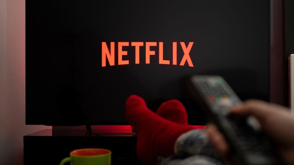 Un usuario ve Netflix en su televisor.