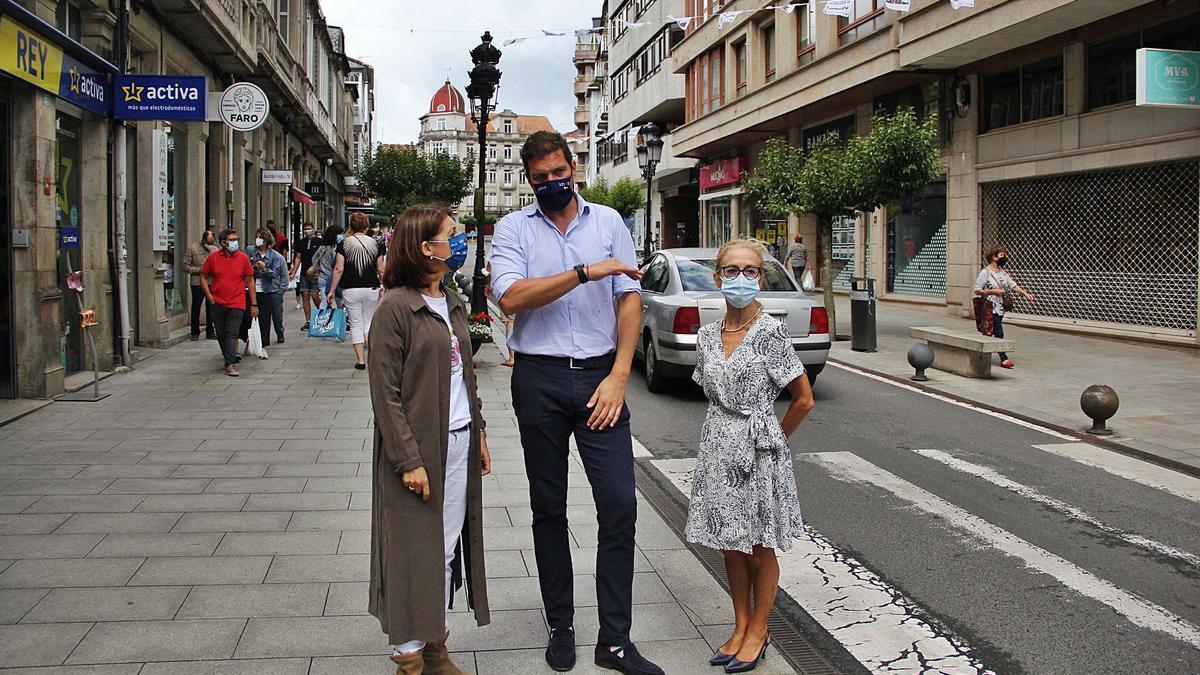 Ángeles Vázquez, José López y Encarnación Rivas, en la calle Calvo Sotelo.    // BERNABÉ/ANA AGRA