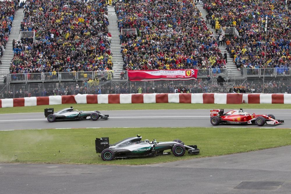 El circuito de Montreal revivió las hostilidades, ya abiertamente declaradas, entre ambos pilotos. Rosberg acabó quinto y Hamilton, que no dudó en salir a por todas - como se ve en la imagen de la primera vuelta - recortaba distancias con otros 25 puntos ganadores.