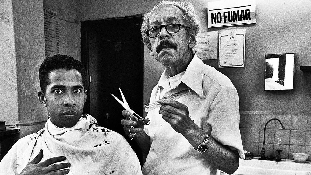 Barbería en Centro Habana, 1995.