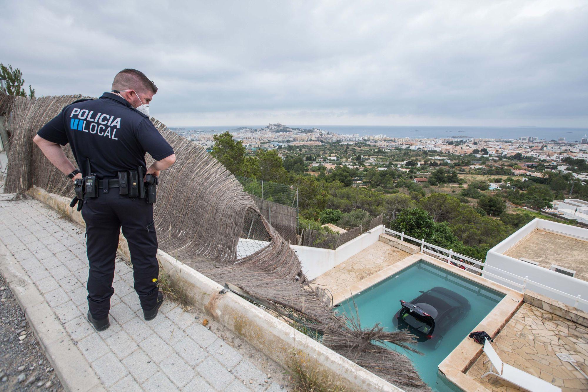 Un coche cae a una piscina del barrio en Ibiza