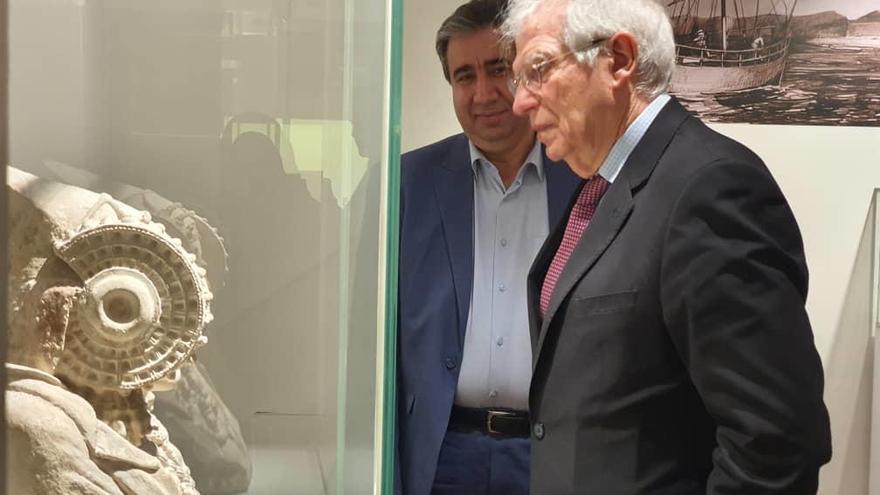 Borrell visita la exposición del MARQ en Teherán