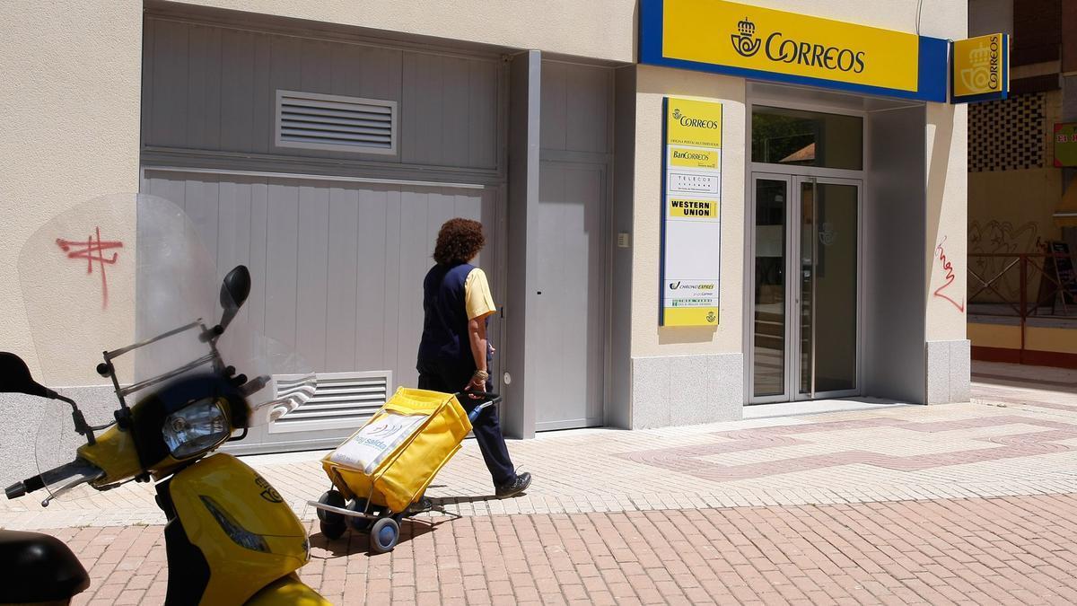 Una cartera se dirige a una oficina de Correos