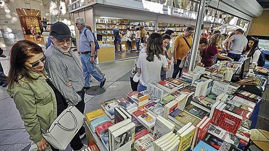 El buen tiempo inunda de lectores el Passeig de es Born con motivo de la Fira del Llibre