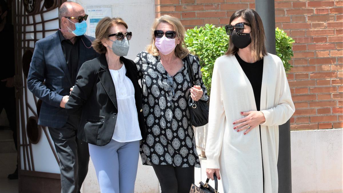 La família de Mila Ximénez durant el funeral de la periodista