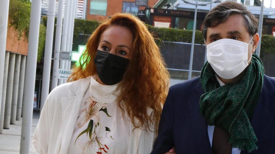 Asociaciones machistas insultan a Rocío Carrasco a su llegada a los juzgados por una nueva demanda interpuesta por su exmarido