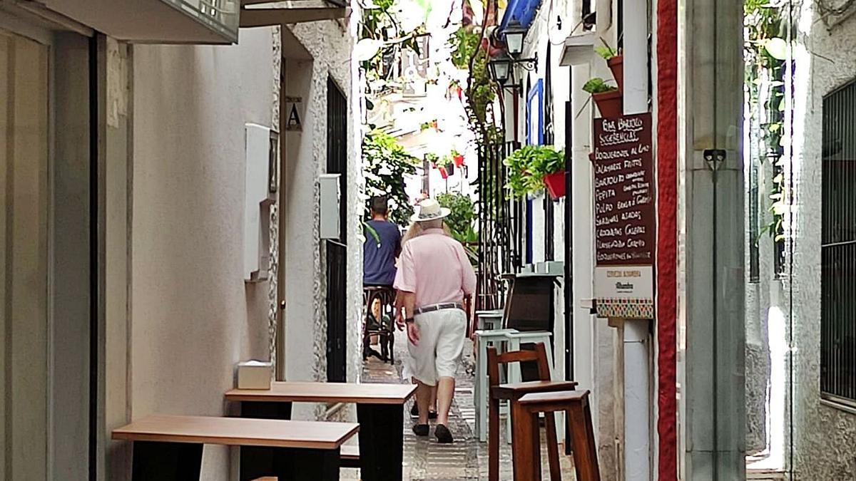 Turistas pasean por una de las calles que discurren por el Casco Antiguo de Marbella.