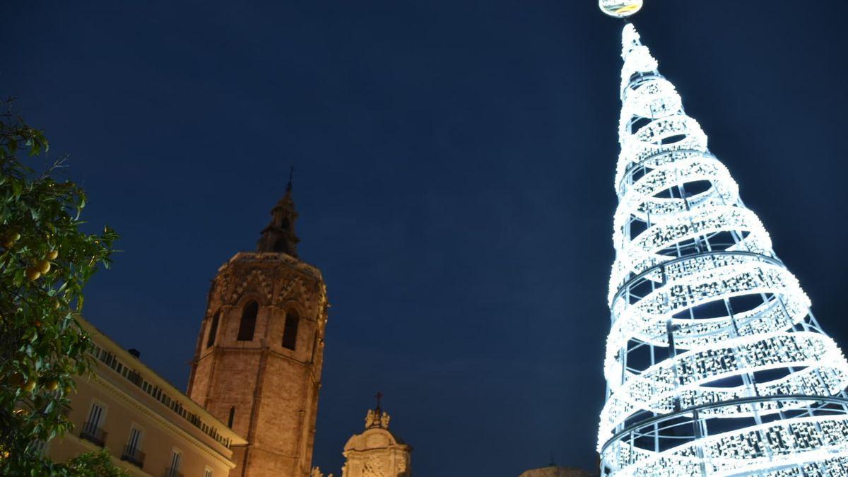 Luces de Navidad 2020 en València: el árbol de la plaza de la Reina ya está encendido.