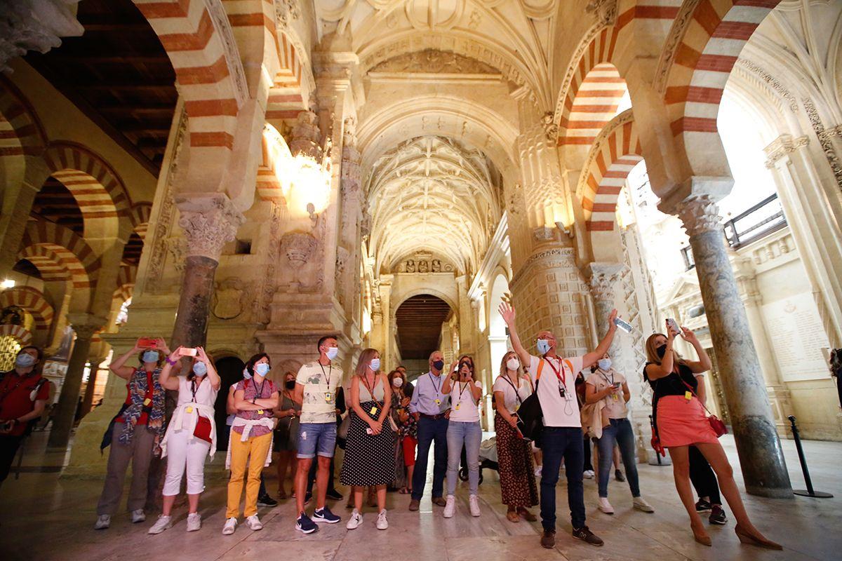 El turismo por el Puente del Pilar deja la estampa del casco histórico cordobés abarrotado