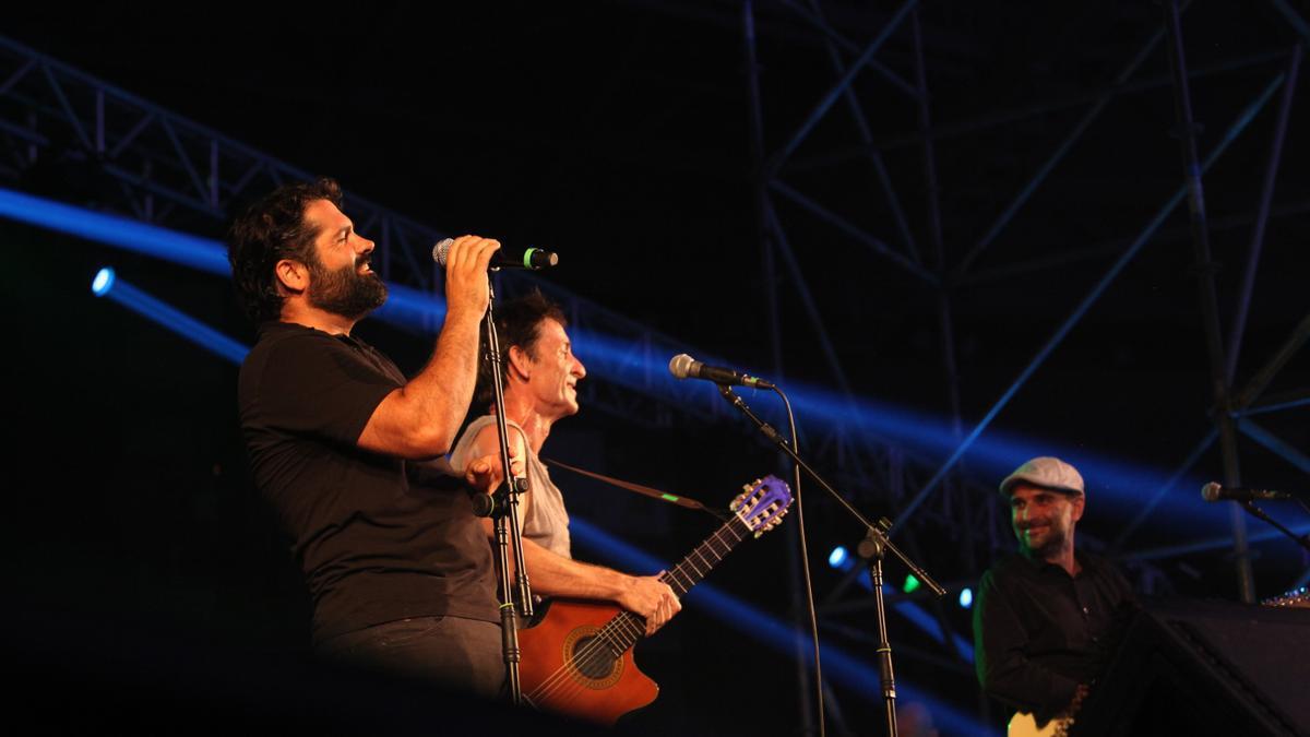 El cantant d'Antònia Font, Pau Debon, acompanyat d'Albert Pla i, de fons, Joan Miquel Oliver, a l'escenari del Palma Arena en el Concert per la Llibertat d'Expressió el 2018