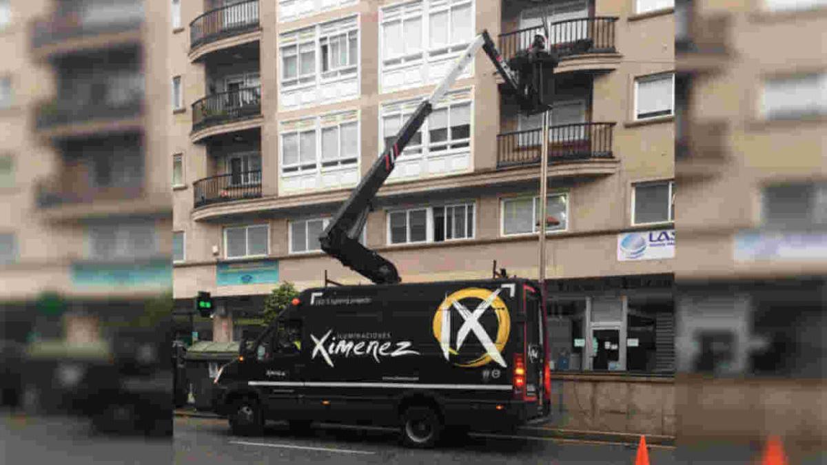 Un camión de la empresa Ximénez revisaba ayer el cableado para la instalación de las luces. // Pablo Osorio