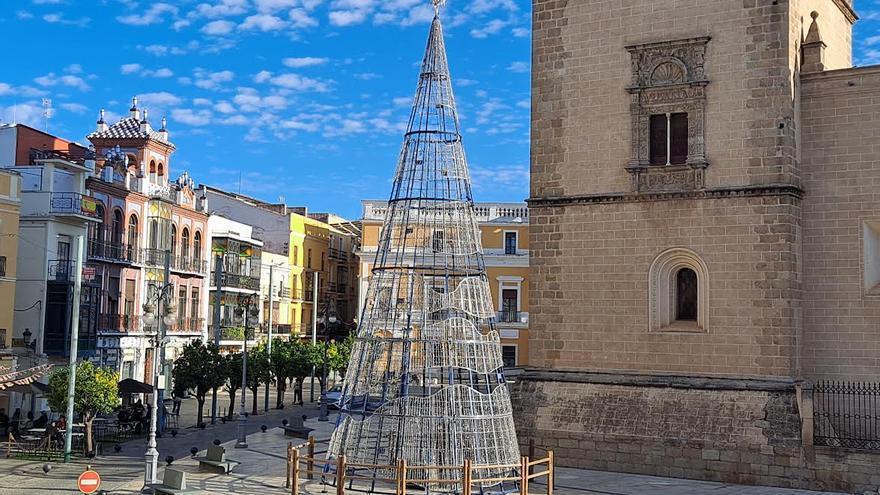 El árbol de Navidad ya está instalado en la plaza de España de Badajoz