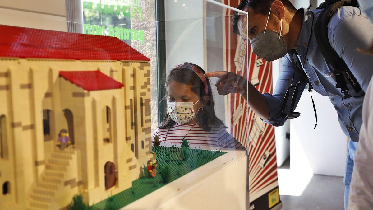 """Turistes visiten la esposición """"Lego-mánico Asturiano"""".  Luisma Murias"""