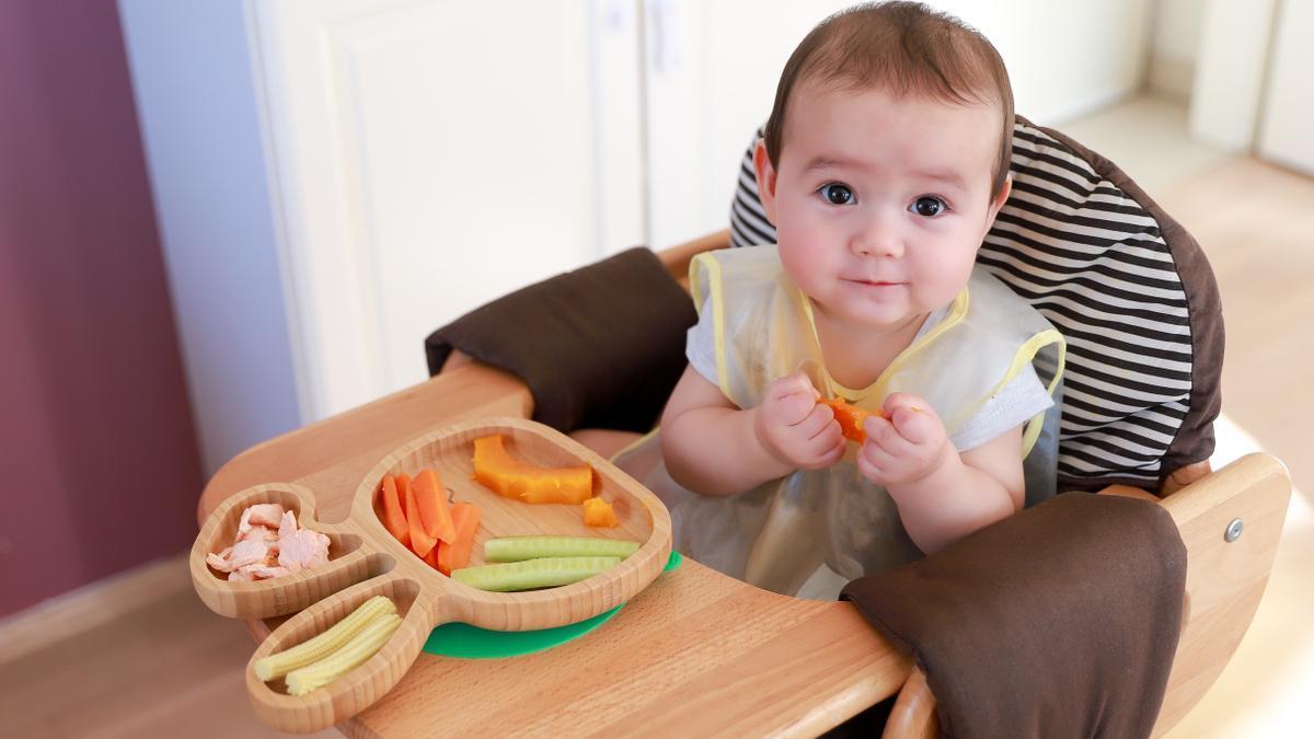 Te explicamos cuándo debes empezar a dar alimentos sólidos a tu bebé