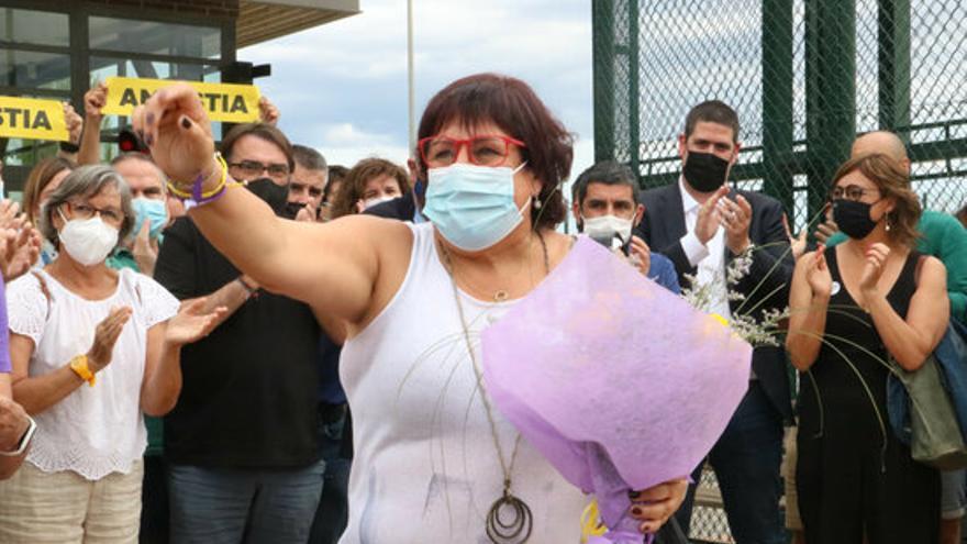 Dolors Bassa surt de la presó del Puig de les Basses després de la concessió dels indults