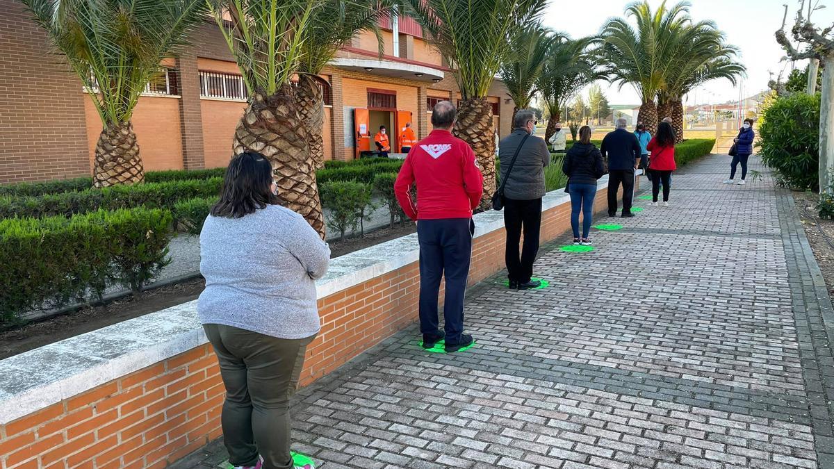 Personas a la espera de someterse a las pruebas en Navalvillar de Pela, este sábado.