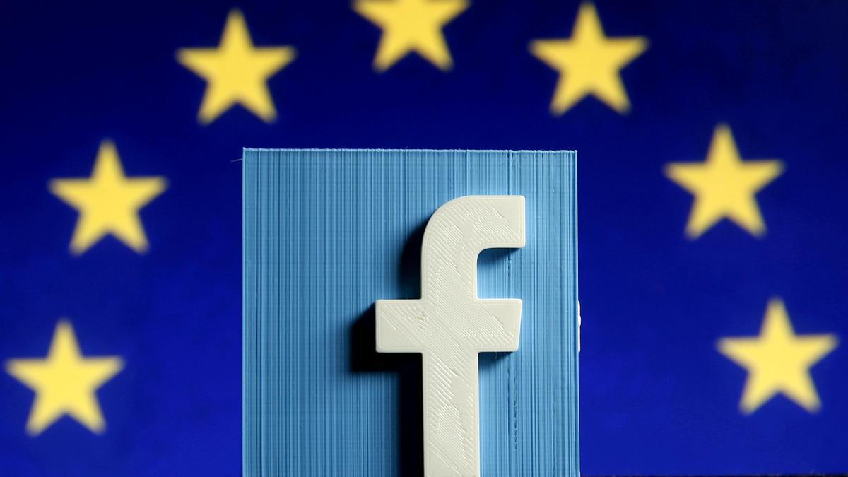 Logo de Facebook ante la bandera europea.