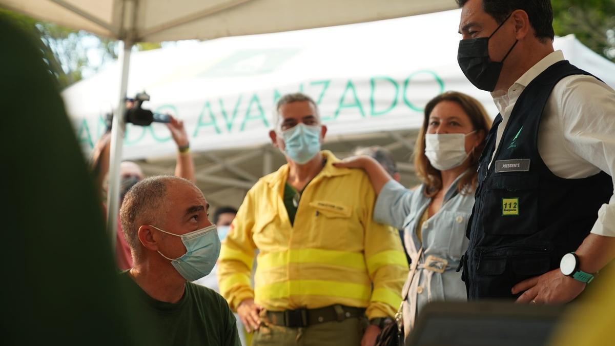 Juanma Moreno, a la derecha, en el puesto de seguimiento del incendio.