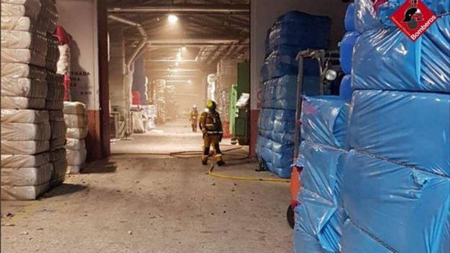 Arde una fábrica en Cocentaina y los empleados ayudan a contener el fuego