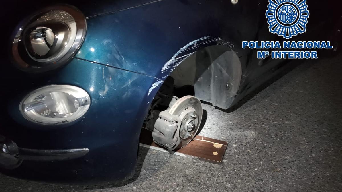El vehículo sin una de las ruedas ya retirada por los detenidos en el paseo de San José.