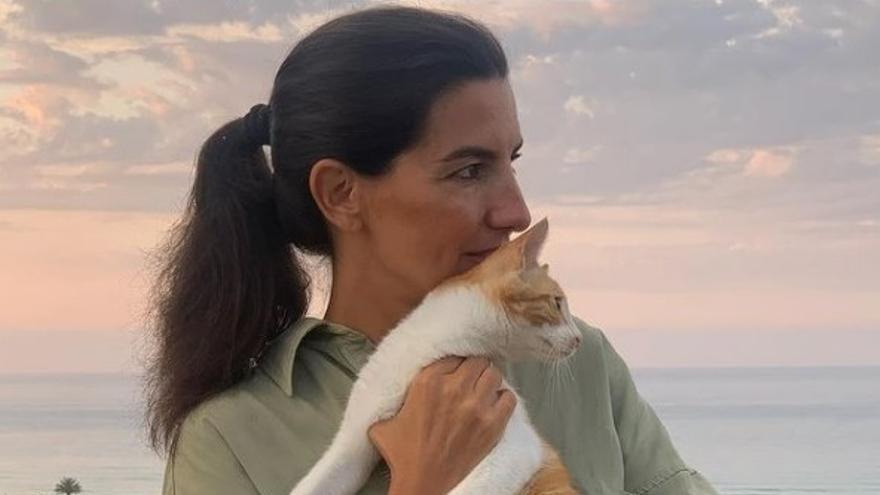 """Rocío Monasterio (Vox) posa con su gato """"Feminista"""" y se lo dedica a la alcaldesa de Gijón"""