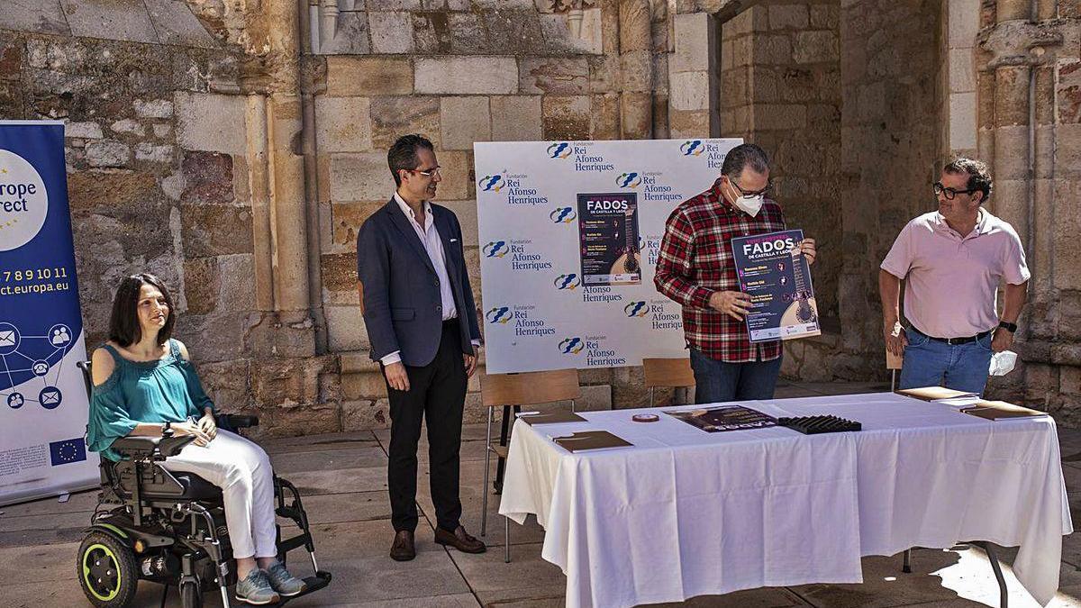 Autoridades en la presentación del evento fadista.