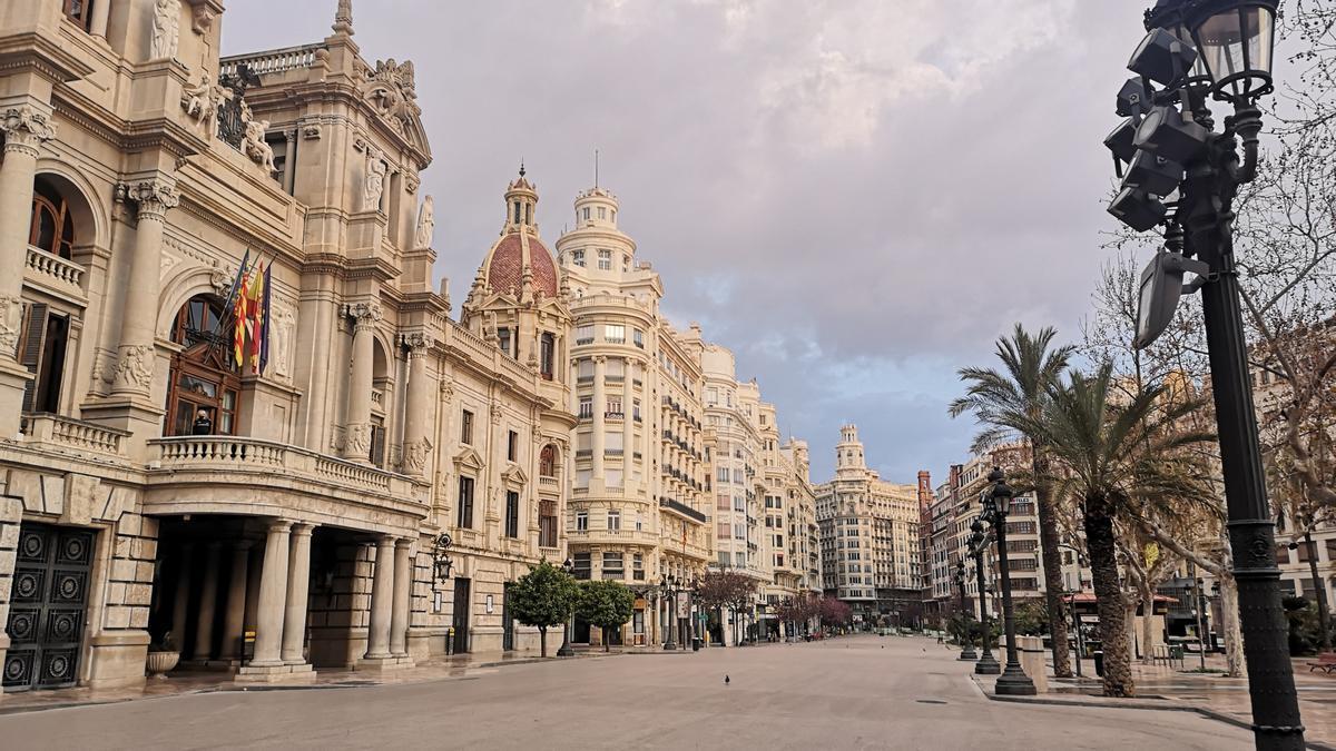 La plaza del Ayuntamiento, contrariamente a lo que ocurriría en la normalidad, estaba desoladamente vacía en la mañana del domingo