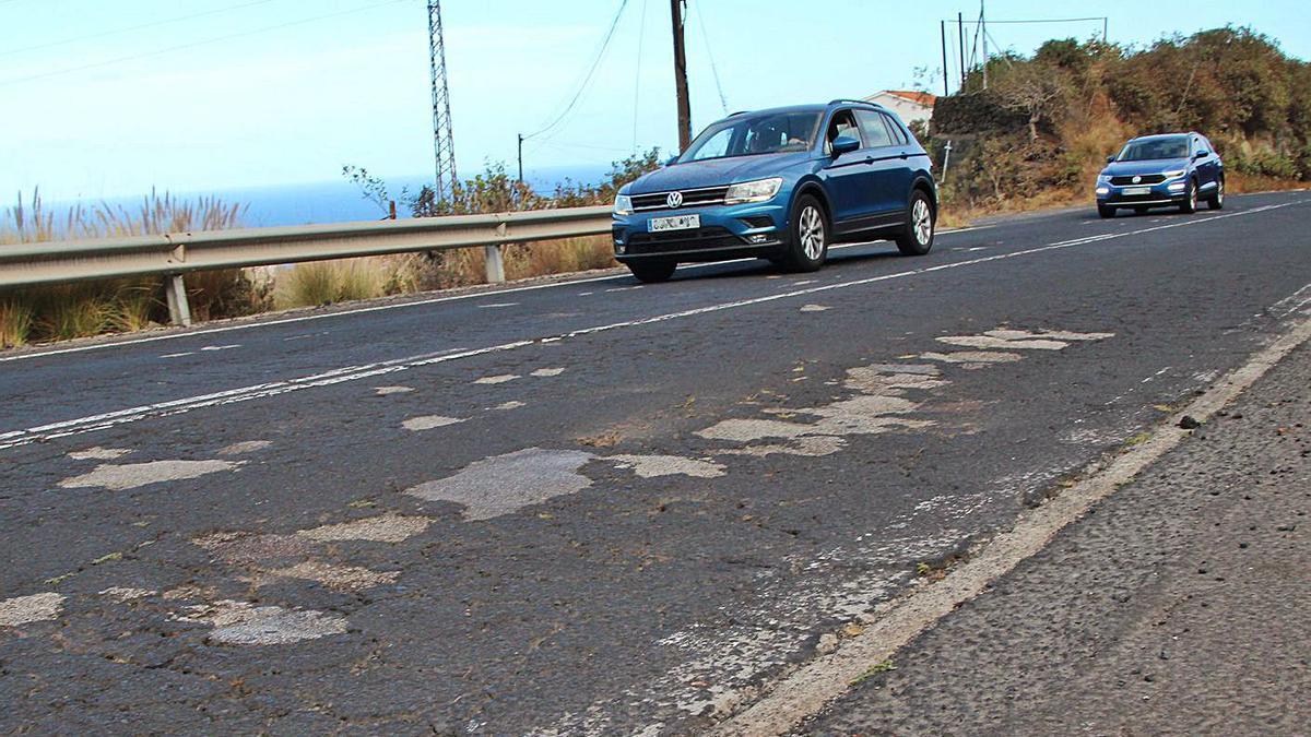 La reparación de la carretera de La Grama no ha comenzado esperando por el asfalto.     R. PÉREZ