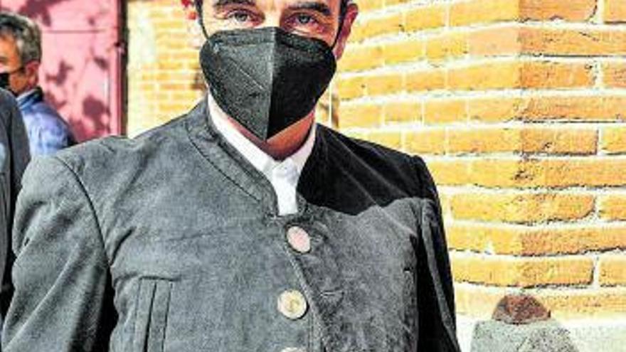 Enrique Ponce luce botones con la cara de Franco