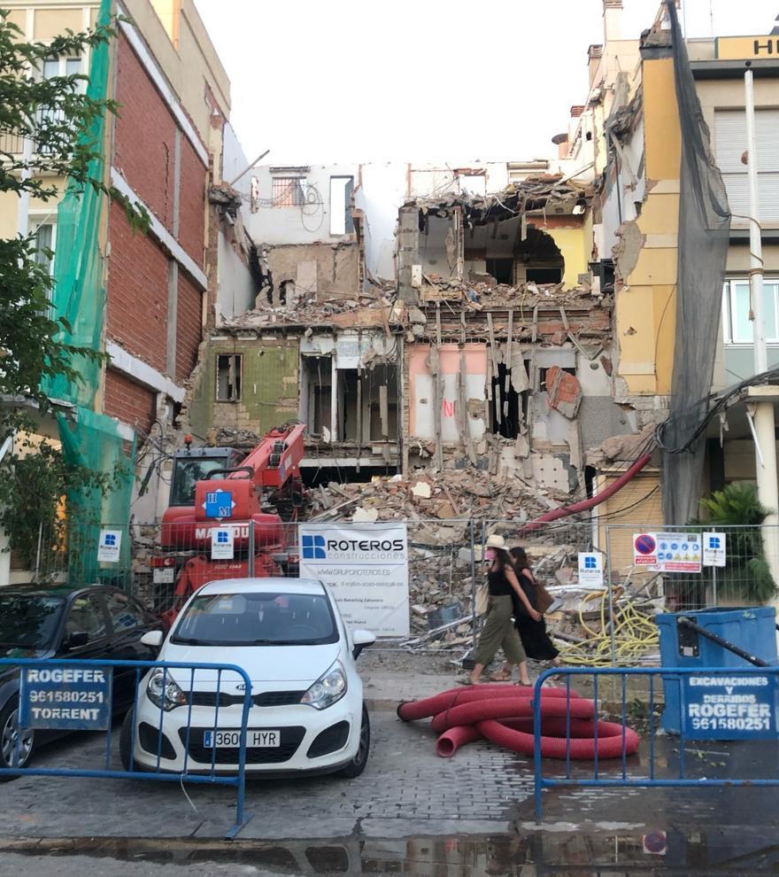 Derriban el edificio del histórico restaurante l'Estimat en el Paseo de Neptuno